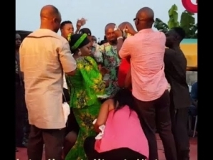 Video: Taye Currency Sings As Muka Ray &His Wife Comes On Stage 2 Dance As They Showers Money On Them